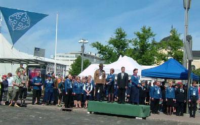 Eduskunnan puhemies Sauli Niinistö vastaanotti suurjuhlan paraatin. Juhlavuoden tunnus liehui torin yllä. Kyseessä ei ole SP:n u